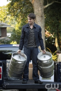 The Vampire Diaires_The CW_S4E7_My Brother's Keeper_Jeremy Carrying Kegs