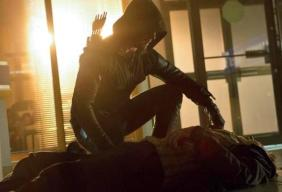 Arrow_The CW_Legacies_S1E6_Oliver leaning over bank robber
