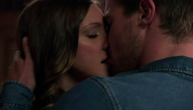 Arrow_The CW_S1E5 Damaged_Laurel and Oliver Kiss